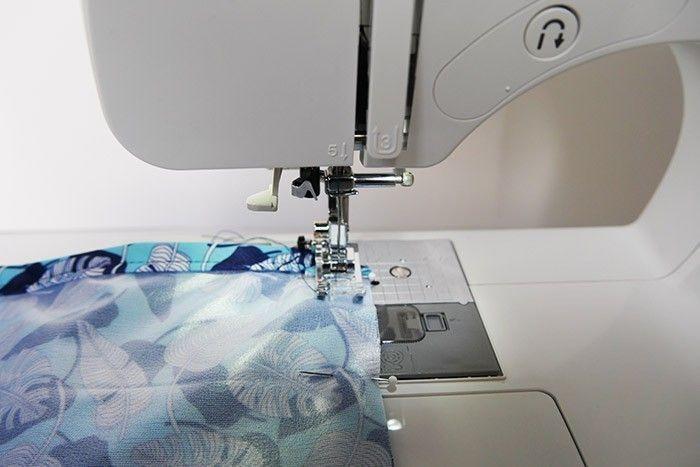 ETAPE 5/9 Piquez le côté restant et le bas du sac à 1 cm du bord. Guidez le tissu ou utilisez un pied spécifique en téflon ou adapté aux matières plastifiées ou glissantes.