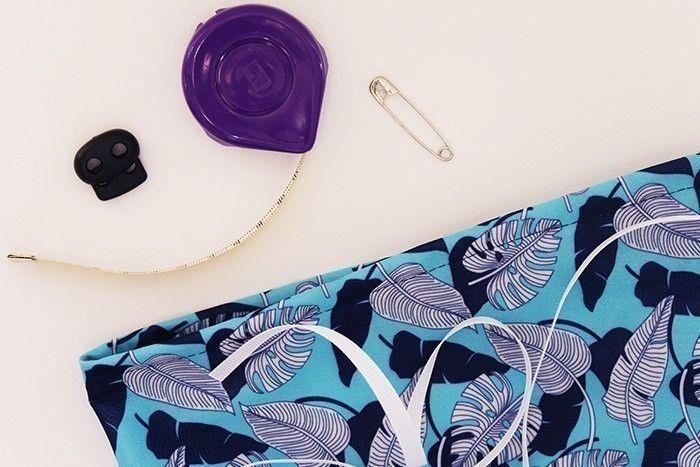 ETAPE 7/9 Coupez 70 cm de ruban. A l'aide d'une épingle à nourrice, glissez-le dans la coulisse.