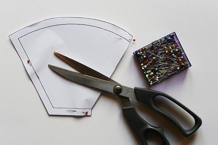 ETAPE 5/9 Création d'un filtre à café Coupez le tissu spécial filtre à l'aide du gabarit à télécharger sur cultura.com. Placez le côté droit du gabarit sur la pliure du tissu pour obtenir les deux faces du filtre. Les marges de couture sont déjà incluses.