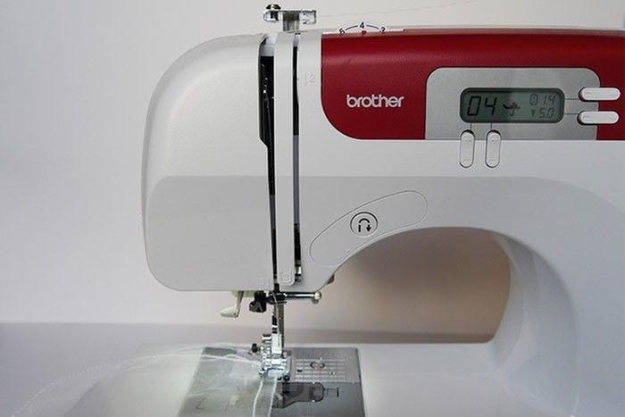 ETAPE 6/9 Surfilez* au point zigzag tout le haut du filtre. *Surfiler consiste à coudre le bord du tissu pour éviter qu'il ne s'effiloche.