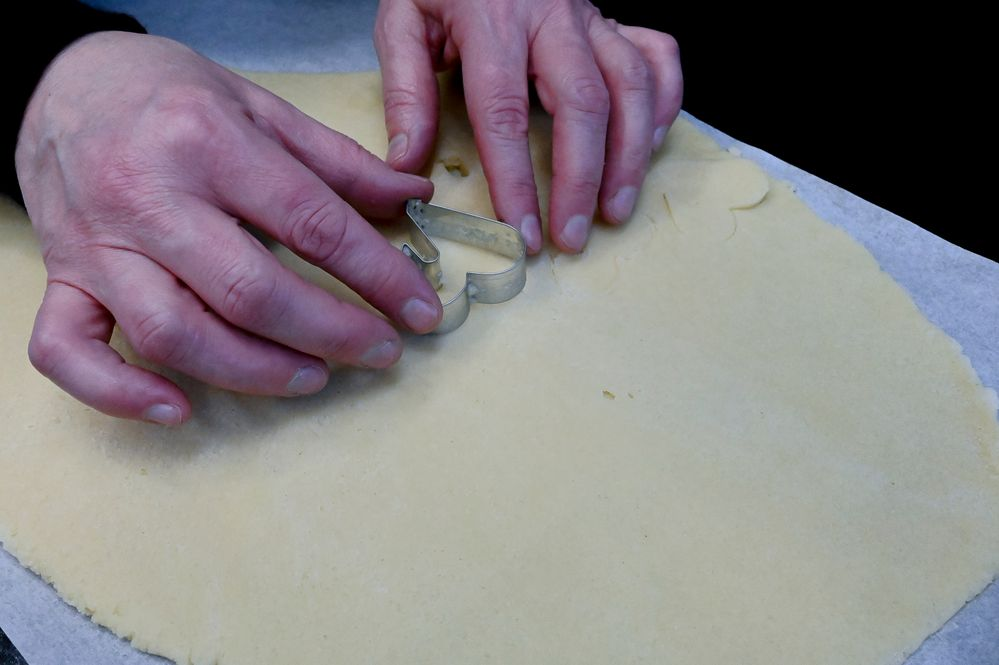 Découpez avec l'emporte-pièce vos biscuits, les poser sur un papier sulfurisé ou un tapis de cuisson.