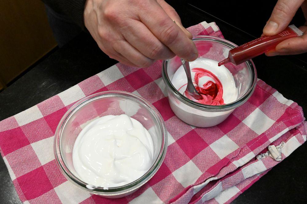 Séparez le mélange dans deux ramequins et ajoutez le colorant rouge dans l'un des deux. Mélangez.