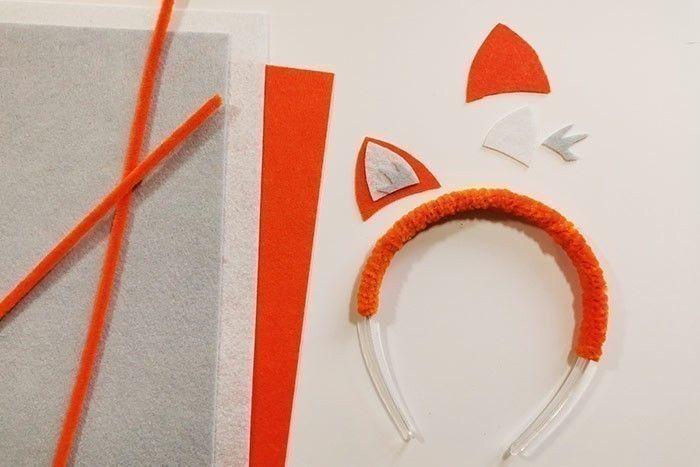 ETAPE 1/8 - SERRE-TÊTES FESTIFS Pour créer un serre-tête animal, ici un renard, enrouler autour du serre-tête 6 fil chenille de la même couleur. Télécharger, imprimer, découper et reporter le gabarit sur la feutrine. Découper et coller les morceaux de feutrine pour former les oreilles. Les coller de part et d'autre le serre-tête à l'aide d'un pistolet à colle (manipulation par un adulte).
