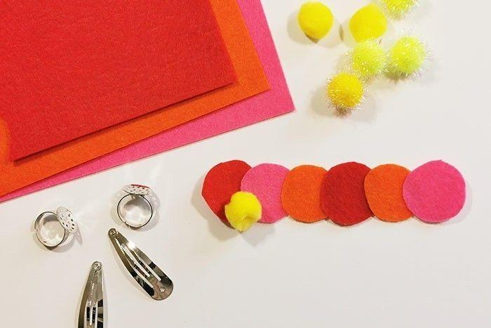 ETAPE 3/8 - FLEURS EN RELIEF ET POMPONS Pour créer une fleur en relief, découper 6 ronds de différentes couleurs, les coller en superposition et coller un pompon comme sur l'exemple, à l'aide d'un pistolet à colle (manipulation par un adulte).