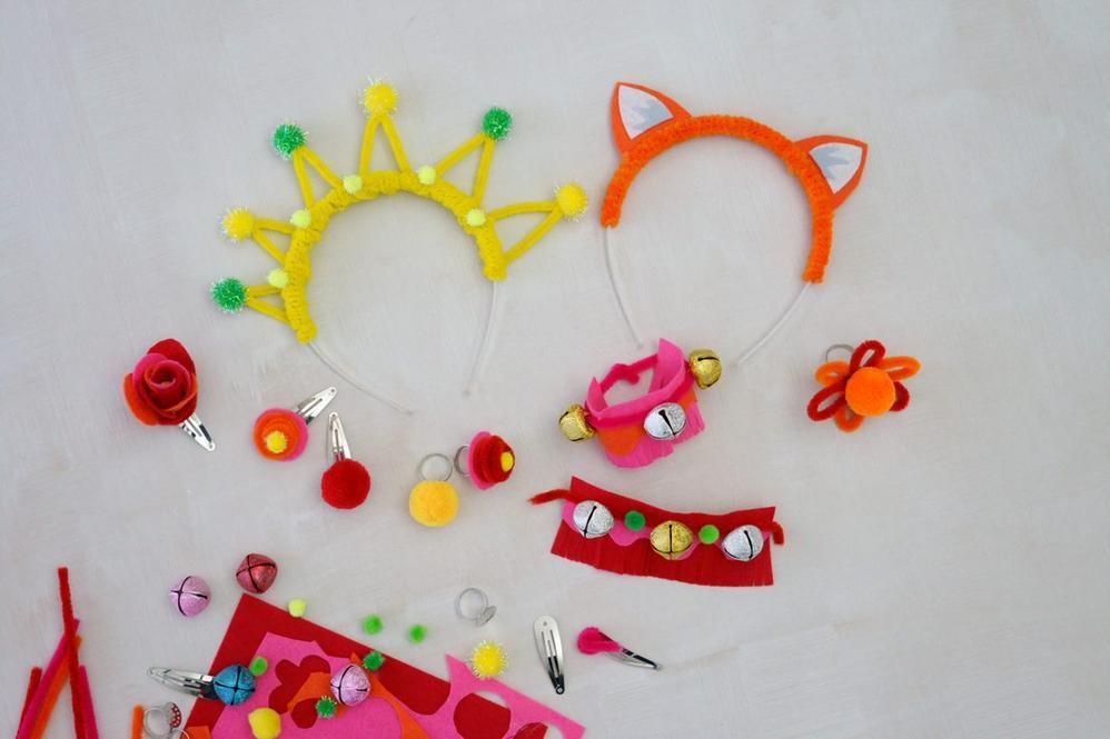 ETAPE 8/8 Les enfants peuvent s'amuser avec leurs accessoires de déguisement. Découvrez également différents instruments de musique à créer pour faire la fête.