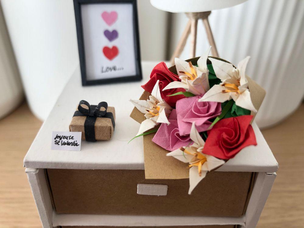 Zoom sur bouquet et cadeau