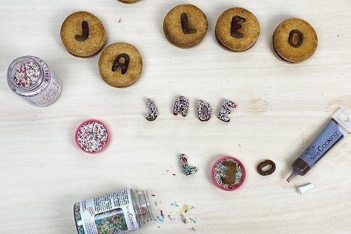 ETAPE 6/7 Idée + : Napper vos lettres seules avec le stylo de glaçage caramel ou chocolat puis les plonger dans les billes de sucre.
