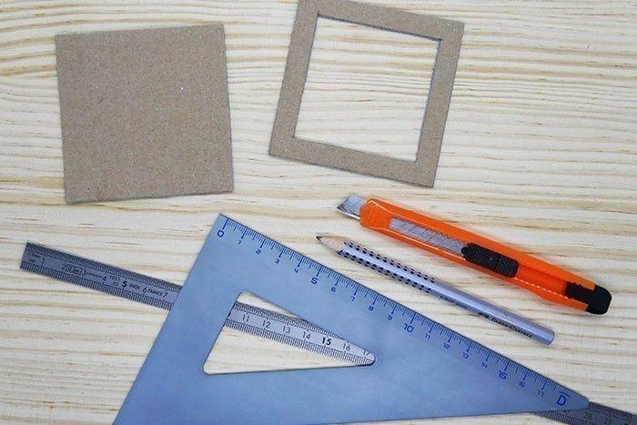 ETAPE 1/9 Préparez deux gabarits en carton : coupez deux carrés de 8 x 8 cm et en évider un au centre pour former un cadre de 1 cm d'épaisseur.