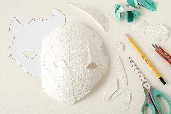 ETAPE 3/8 - MASQUE RENARD Oter le ballon du saladier et le crever. Télécharger et imprimer les gabarits. Les découper. Placer la tête du renard sur le plâtre et dessiner le contour et les yeux au crayon à papier. Découper avec une paire de ciseaux. Demander à un adulte de découper les yeux avec un cutter.