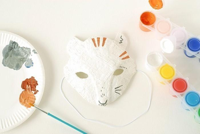 ETAPE 7/8 Préparer un mélange de peinture grise en mélangeant à dose égale du blanc et du noir. Préparer un brun orangé en mélangeant du marron, de l'orange et du rose chair. Peindre la truffe, les moustaches et dessiner quelques poils le long du museau. Ajouter quelques points au-dessus des yeux et un trait en zigzag dans le creux des oreilles. Peindre des rayures sur le masque.