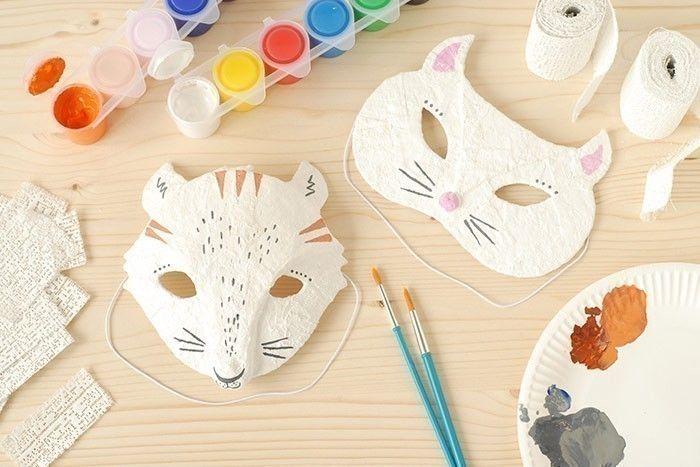 ETAPE 8/8 - MASQUE CHAT Pour réaliser le masque chat, télécharger et imprimer le gabarit. Découper la forme sur un carton fin. Le recouvrir de bandes plâtrées imbibées d'eau. Laisser sécher et peindre puis fixer les élastiques.