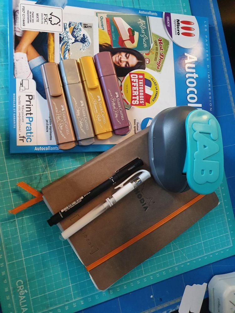 1 bullet journal, des feuilles autocollantes, des surligneurs et des stylos...