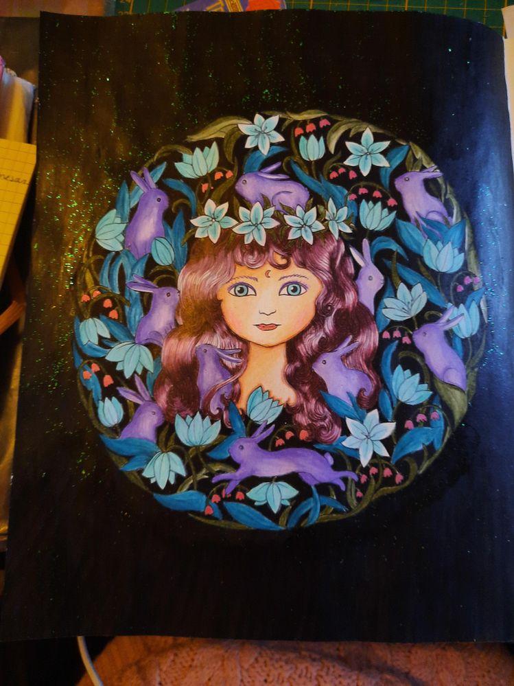 Réalisé avec vernis, posca, stylo gel et crayons de couleur sur un livre de coloriage de Maria Trolle
