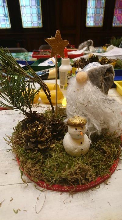 Décor de table de Noël avec éléments trouvés dans la nature et autres (fabrication du gnome en amont par moi) (réalisé par un enfant lors de mes ateliers)