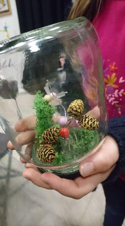 """Fabrication d'une """"cloche décorative"""" en recyclant un bocal en verre, éléments trouvés dans la nature et fabrication d'insectes en perles (réalisé par un enfant lors de mes ateliers)"""
