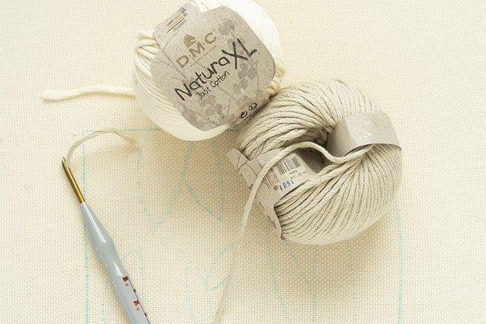 ETAPE 4/12 Utilisez des camaïeux de pelotes beiges et du tissu récupéré que vous couperez en plusieurs rubans de 0,5cm.
