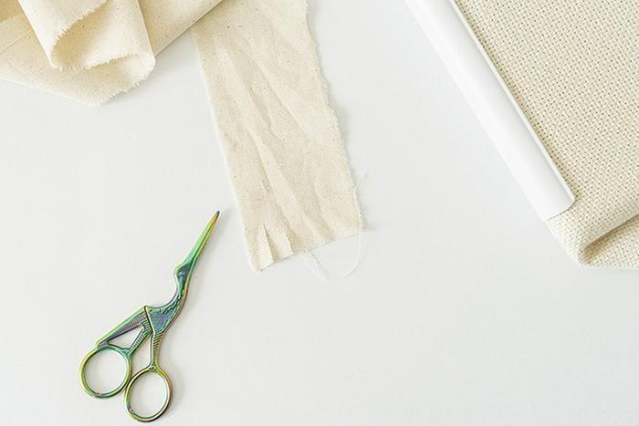 ETAPE 5/12 Le ruban lin et coton Créalia peut aussi être utilisé. Les rubans se travaillent avec le cran A ou B de l'aiguille ajustable.