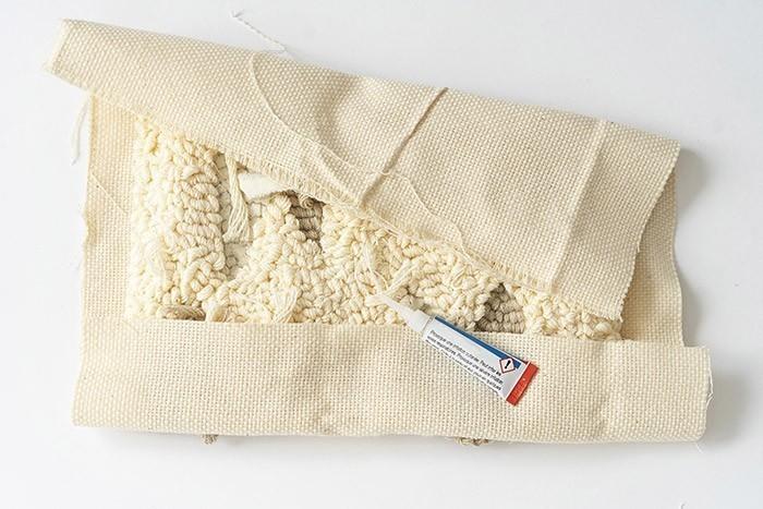 ETAPE 10/12 Repliez les bords haut et bas et collez avec une colle textile en rapprochant au maximum les bords.
