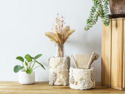 ETAPE 12/12 Insérer le punch needle sur votre bocal pour créer un pot de rangement. Recommencez une autre création si vous souhaitez créer un vase avec une bouteille en verre.