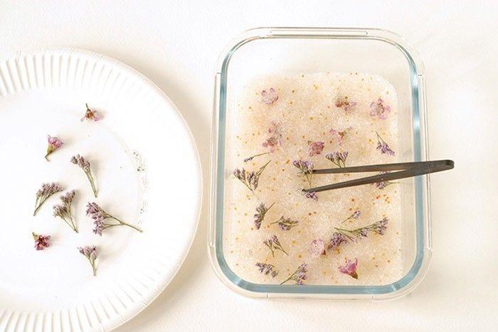 ETAPE 2/9 Ouvrir la boîte. Retirer délicatement les fleurs en ôtant les cristaux collés aux fleurs. Faire sécher les cristaux pour les réutiliser. Les chauffer au four à 110° C pendant 2 à 3h puis les stocker dans une boîte hermétique jusqu'à ce qu'ils reviennent à température ambiante.