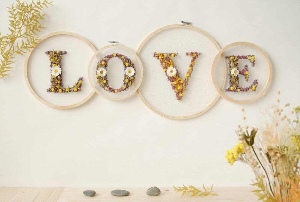 ETAPE 9/9 Votre décoration murale en fleurs séchées est prête pour décorer votre intérieur.