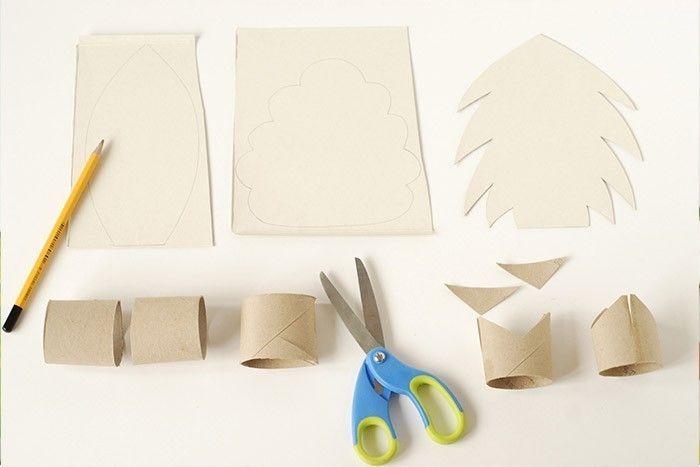 ETAPE 6/17 Réalisez d'autres éléments de décors pour ce tapis de jeu : des arbres en carton pour créer une forêt, des animaux en carton et des personnages en bois ou encore une maison en carton et ses véhicules en bois.