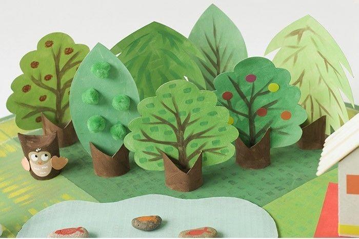 ETAPE 8/17 Peindre les troncs à la gouache marron, en mélangeant du noir et du marron. Peindre les arbres dans des nuances de verts différents. Laisser sécher. Décorer les arbres avec des gommettes, des pompons, des branches peintes…