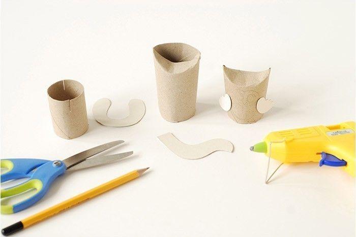 ETAPE 10/17 Les animaux en carton Récupérer des rouleaux de papier toilette. Télécharger et imprimer le gabarit des oreilles du lapin, la queue du renard et les ailes de la chouette. Les reporter et les découper sur un emballage de récupération. Retailler les rouleaux de papier toilette. Pour le lapin, couper le rouleau sur une hauteur de 6 cm.