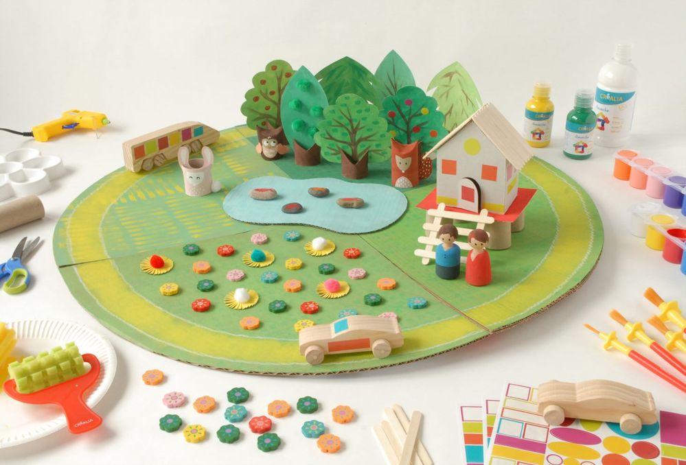 ETAPE 17/17 Disposer la maison sur le tapis de jeu « Nature » , à proximité du champ de fleurs. Placer les véhicules sur la route circulaire et jouer avec les personnages.