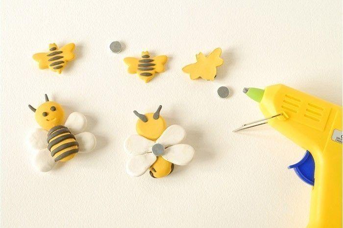 ETAPE 5/7 Manipulation par un adulte : faire chauffer un pistolet à colle basse température. Fixer un aimant au dos de chaque abeille avec une pointe de colle.