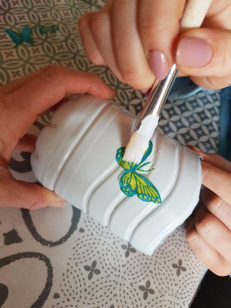 Collage des papillons comme décor des bas de bouteille