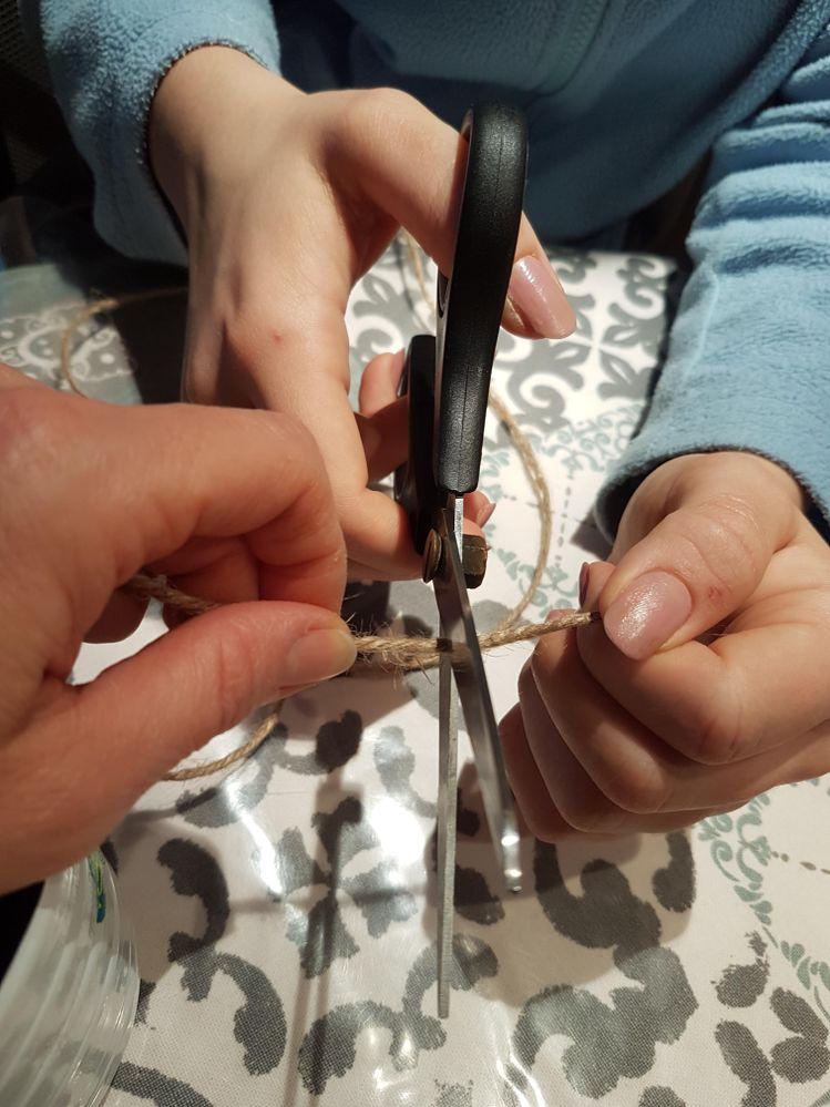 Entraide pour la découpe des ficelles aux bonnes longueurs