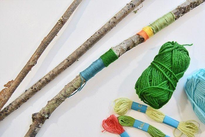 ETAPE 2/10 Création du métier à tisser végétal : Décorer les 2 branches du côté qui composeront le métier à tisser avec des fils de couleurs enroulés sur plusieurs tours : laine, fils à broder, ficelles … Conseil : Couper une longueur d'environ 1m de fil, attacher l'extrémité à la branche par un double-nœud en laissant une extrémité dépasser sur 10 cm. Maintenir le petit fil avec le doigt le long de la branche et tourner la branche pour que le long fil s'enroule facilement autour du petit. S'arrêter à quelques centimètres de l'extrémité du petit fil et nouer les 2 extrémités ensemble par un triple-nœud. Chaque nœud peut être sécuriser par un point de colle si besoin.