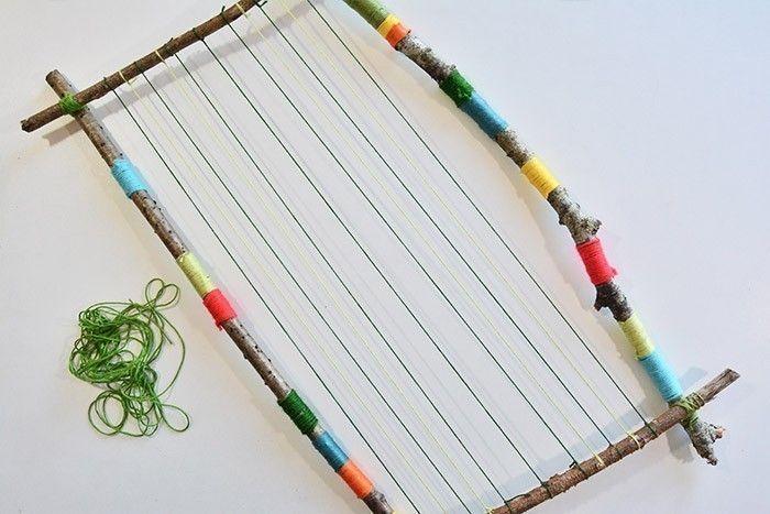 ETAPE 4/10 Pour aider l'enfant et qu'il se repère facilement pour son tissage, tendre et nouer d'un bout à l'autre un fil foncé, un fil clair, un fil foncé, un fil clair ... en espaçant d'environ 1 cm.