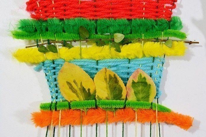 ETAPE 7/10 Varier le tissage avec d'autres laines de couleurs ou de fils chenilles. Coincer par endroit de jolies feuilles.
