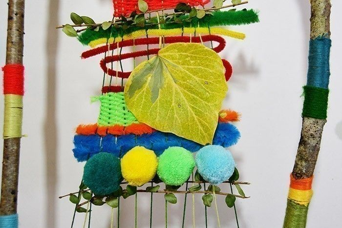 ETAPE 9/10 Des pompons peuvent aussi être collés pour donner du relief et de la couleur à la composition. Insérer d'autres feuillages pour finaliser la création.