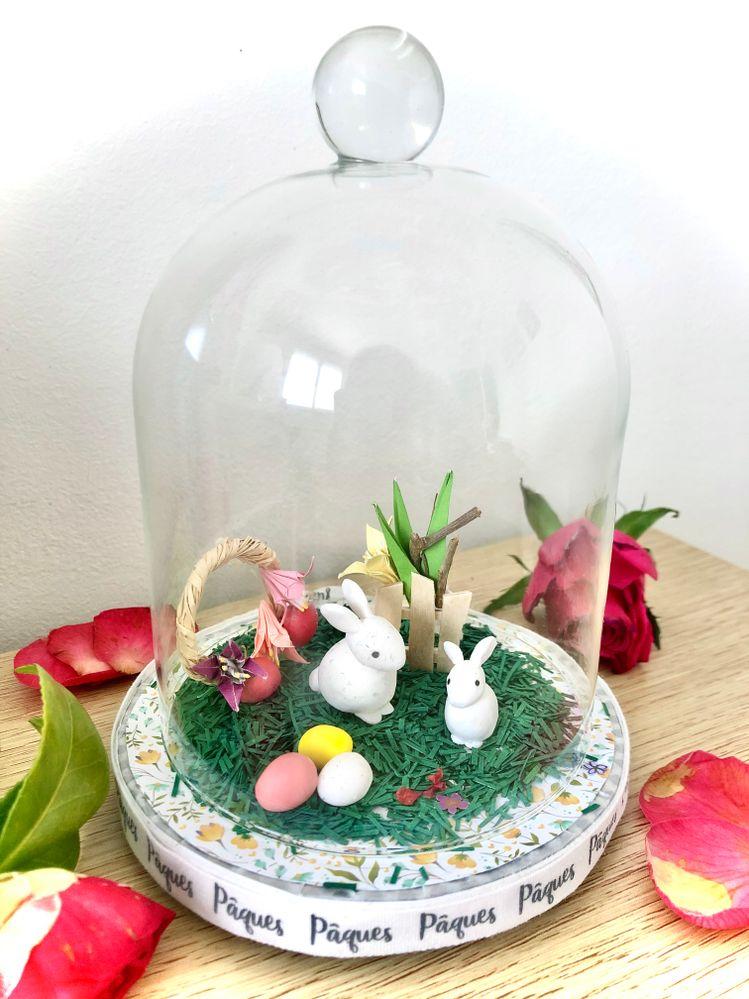Lapins et oeufs en pâte Fimo, couronne en raphia, fleurs origami en papier, fausse herbe en papier