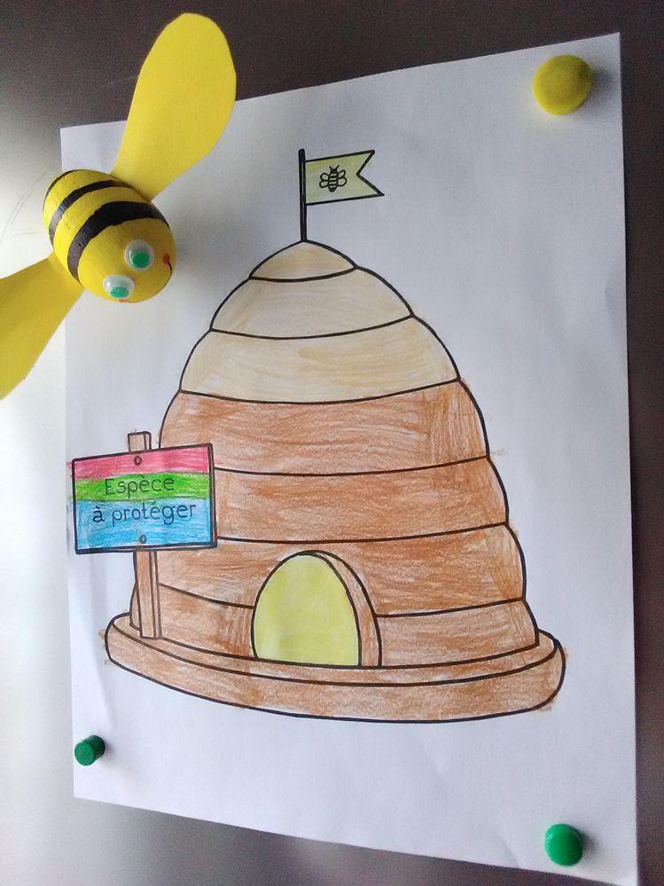 sur le frigo, le dessin et l'abeille ont trouvé leur place