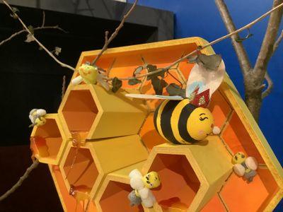 La reine faite avec un oeuf et abeilles en playmais