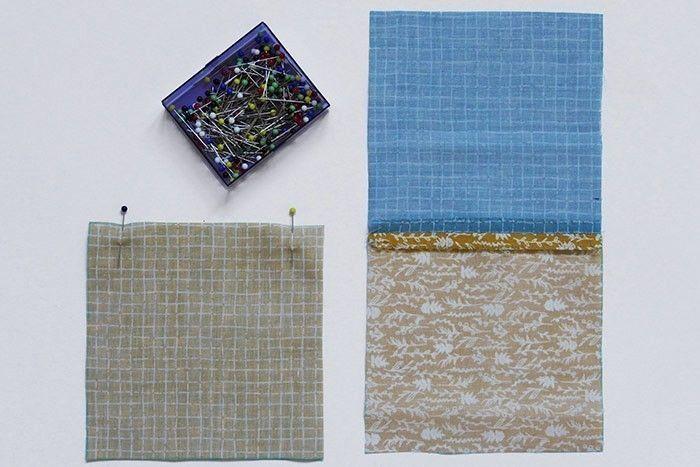 ETAPE 2/9 Epinglez endroit contre endroit et piquez les carrés deux par deux au point droit, à 1 cm du bord du tissu. Surfilez* les coutures séparément au point zigzag et repassez pour aplatir les marges de couture sur l'envers. Procédez par bandes de 4 carrés en assemblant deux doubles carrés.  *Surfiler consiste à coudre le bord du tissu pour éviter qu'il ne s'effiloche.
