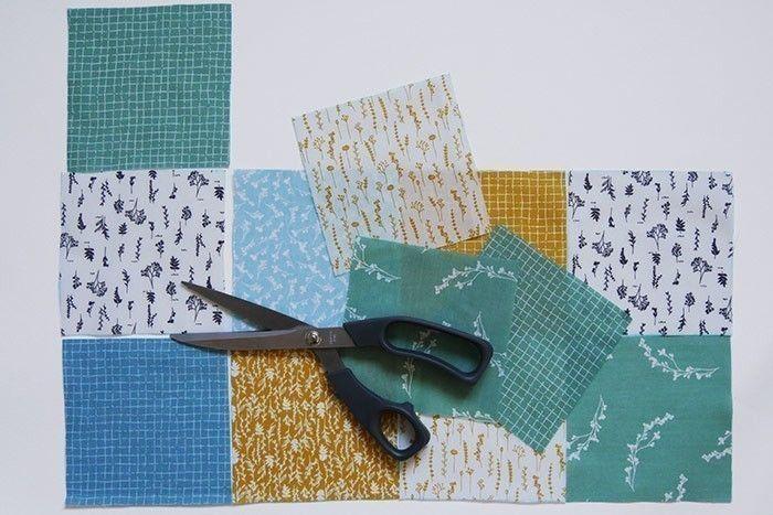 ETAPE 1/9 Coupez 16 carrés de 12 x 12 cm en variant les motifs. Positionnez-les en rangées de 4 carrés et en colonnes de 4 carrés pour vérifier l'alternance des motifs. Prenez votre patchwork en photo ou numérotez les carrés pour les coudre dans l'ordre.