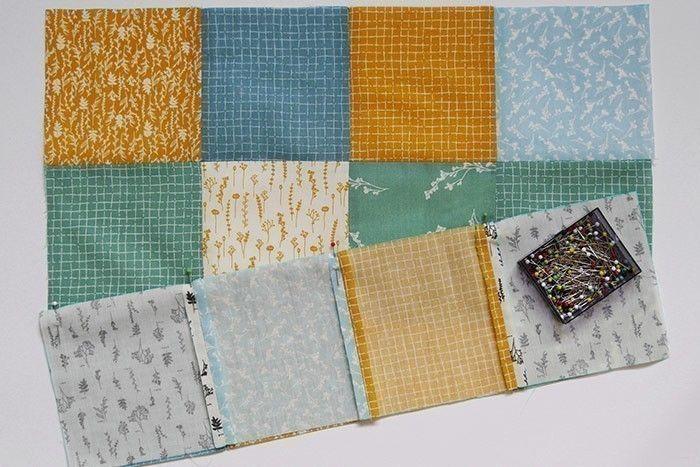 ETAPE 3/9 Epinglez endroit contre endroit 2 bandes de quatre carrés et piquez au point droit, à 1 cm du bord du tissu. Surfilez* les coutures séparément au point zigzag et repassez pour aplatir les marges de couture sur l'envers.