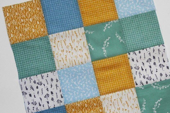 ETAPE 4/9 Epinglez endroit contre endroit les 2 rectangles de 8 carrés et piquez au point droit, à 1 cm du bord du tissu. Surfilez* les coutures séparément au point zigzag et repassez pour aplatir les marges de couture sur l'envers. Le carré patchwork de 42 x 42 cm est terminé.