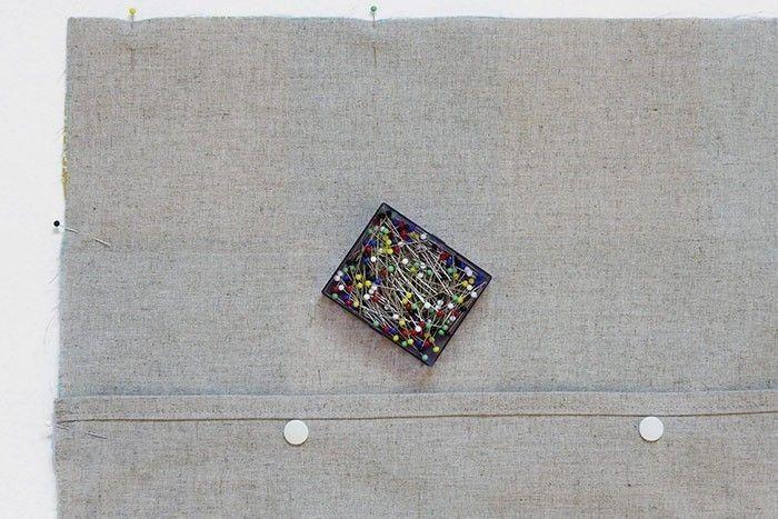 ETAPE 8/9 Placez le carré de patchwork et le dos avec les pressions, endroit contre endroit. Epinglez et piquez les quatre côtés au point droit, à 1 cm du bord du tissu. Surfilez* les deux épaisseurs ensemble au point zigzag. Retournez la housse sur l'endroit en poussant les angles.