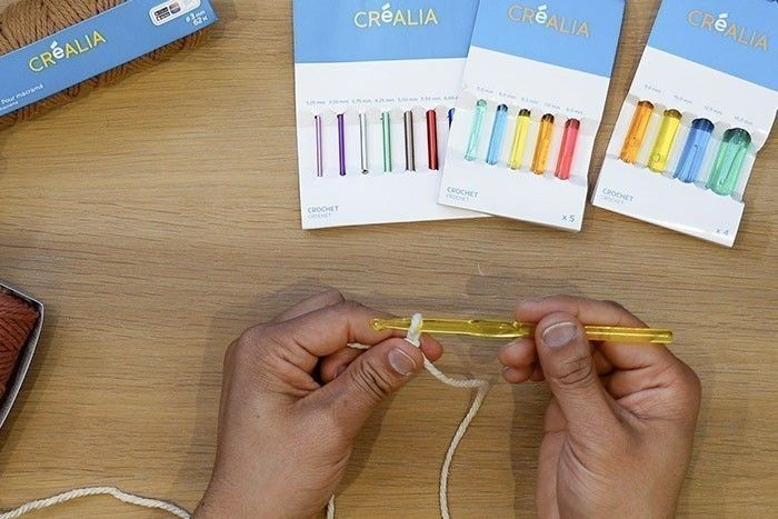 ETAPE 1/12 Commencez par faire un nœud coulant avec le fil macramé de chez Créalia (6mm) et utilisez le crochet Créalia (6,5 mm). Positionnez bien le crochet dans votre main, la tête inclinée vers vous.