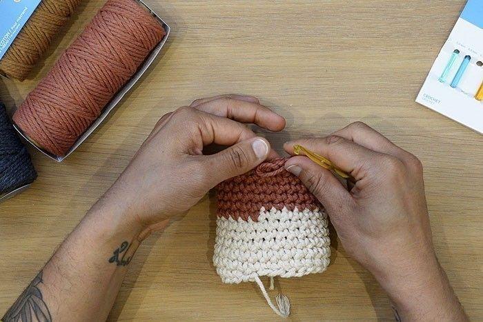 ETAPE 10/12 Une fois cette bordure terminée, pour masquer le petit décalage, coupez le fil en laissant une petite longueur, puis passez le crochet de l'extérieur vers l'intérieur, sous la boucle qui est à côté du fil, attrapez le fil avec le crochet, ramenez ensuite le crochet vers l'extérieur, lâchez le fil. Ensuite passez le crochet de l'intérieur vers l'extérieur, attrapez le fil et passer-le à l'intérieur du cache-pot.