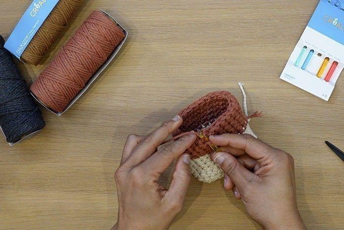 ETAPE 11/12 Pour cacher les fils, retournez l'ouvrage, passez le crochet dans une maille, attrapez le fil et rentrez-le à l'intérieur dans plusieurs mailles. Renouvelez l'opération avec tous les fils, puis coupez-les à ras.
