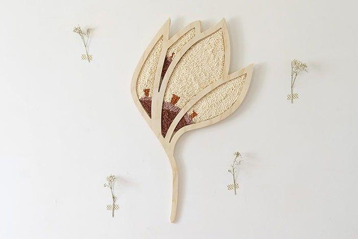ETAPE 10/10 Accrochez votre fleur pour décorer votre mur. Conseil : utilisez 2 petites pointes fines et longues que vous positionnez en haut des motifs extérieurs de la fleur (pour cette position). Si vous préférez une position allongée, mettre 1 pointe sous la branche et 1 pointe au bout du pétale du haut.
