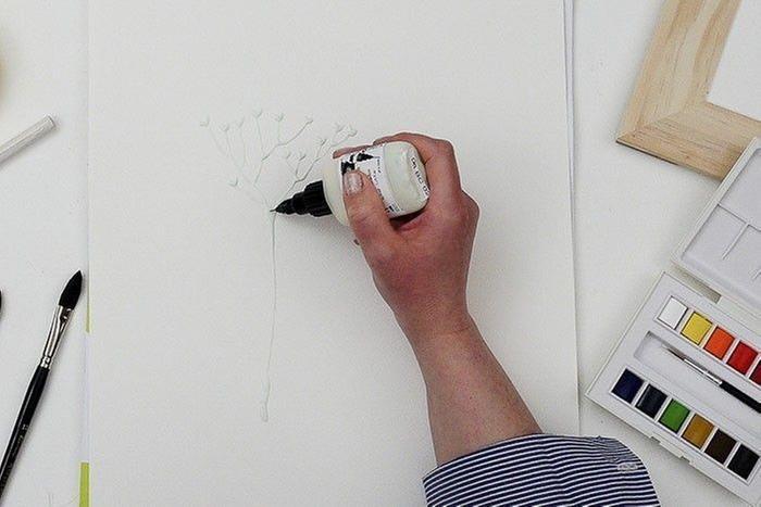 Etape 1/9 : Dessin au drawing gum Dessiner les végétaux directement avec l'applicateur du drawin gum sans trop appuyer. Faire plusieurs dessins de formes et tailles différentes. Laisser sécher.