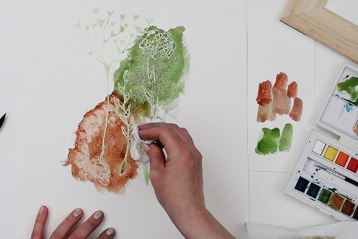 Etape 3/9 : Effet papier essuie-tout Peindre à l'aquarelle une autre forme, d'une couleur toujours soutenue vert foncé + marron + rouge. Avec du papier essuie-tout froissé, tamponner l'aquarelle pour absorber partiellement la couleur et créer un motif.